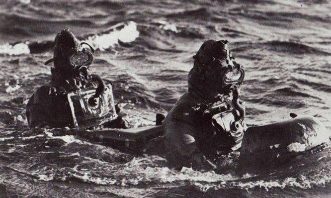 buzos-italianos-navegando-en-superficie-con-un-maiale.jpg